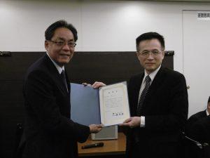 右 吳俊澤所長感謝鄭尊仁會長對外貿協會學員的照顧