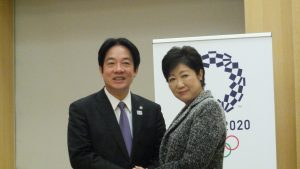 会談後記念撮影する小池百合子東京都知事(左)と賴清德台南市長(右)