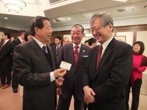 日本台湾交流協会の今井正理事長(右)から新たな名刺を受け取った謝長廷代表(左)
