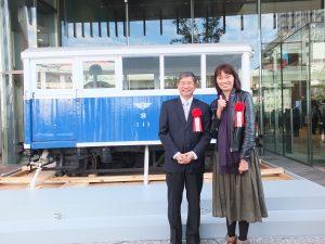「巡回車111号」の前でアジア太平洋遺産&鉄道観光機関の謝明勲副代表(左)と高雄市立歴史博物館楊仙妃館長(右)が記念撮影