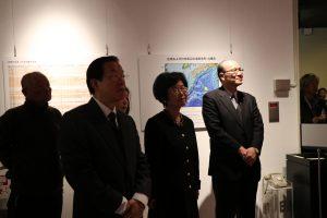 駐日代表謝長廷(左1)、台史博館長王長華(左2)和台灣文化中心主任朱文清專心聆聽荒川章二的導覽。