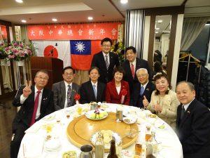 駐大阪辦事處處長陳訓養(左3)與大阪中華總會會長洪勝信及當地政要合影