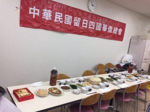 滿桌的台灣年菜。有象徵百財的炒白菜、煎鯛魚代表年年有餘、壽麵、菜頭連藕排骨湯代表好彩頭、節節上升、好骨氣等