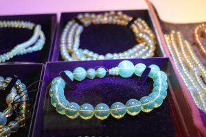 勝弘寶石則以藍琥珀為主力商品,認為日本是屬於細水長流的市場