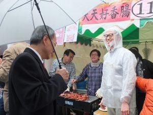 呉委員長はブースを廻り、華僑らと交流した