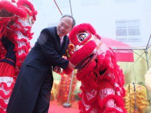 獅子舞に紅包を渡す呉委員長