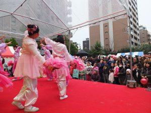 舞台での伝統舞踊のパフォーマンス