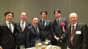 記念撮影する大江会長(左3)と来賓ら